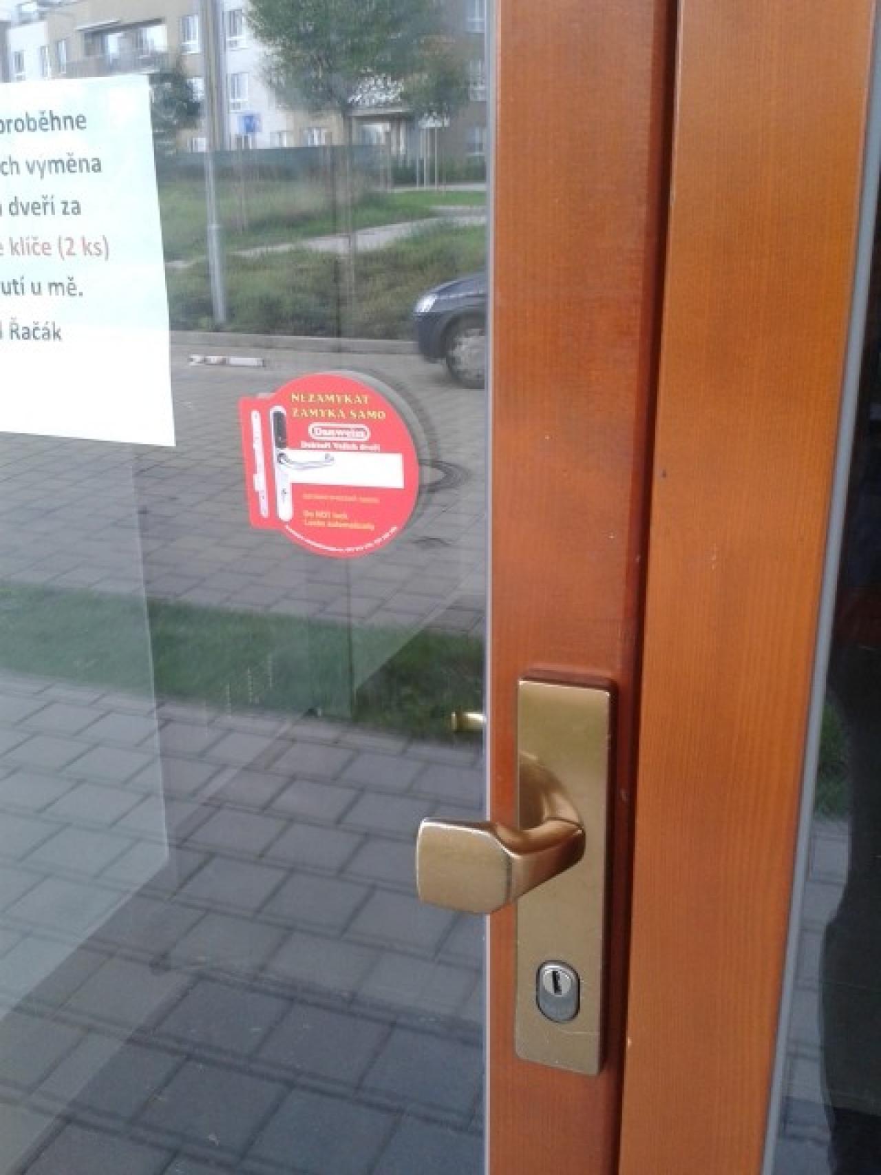 Detail kování Hoppe na dřevěných dveřích
