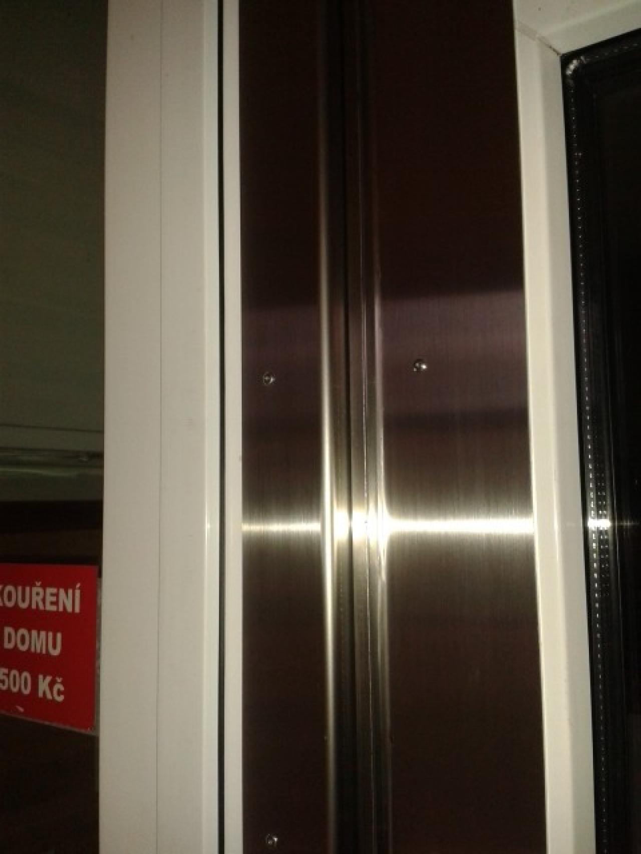 Detail plastových dveří