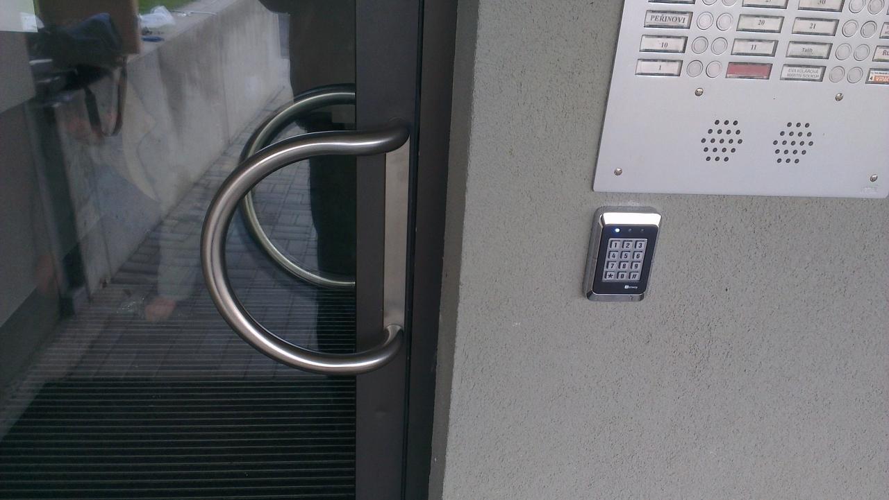 Kování zakrývající otvory po klice a vložce u magnetických zámků