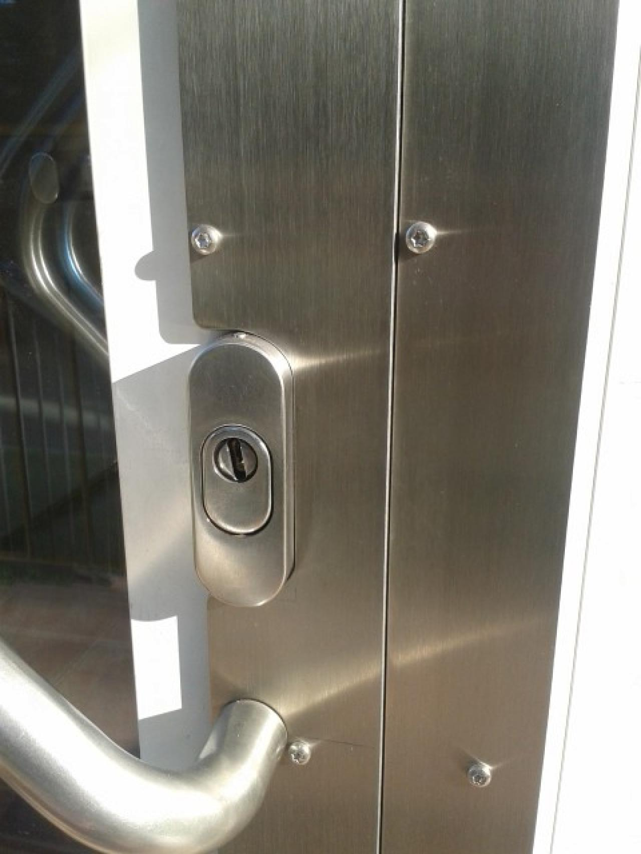 Lícování antivandalu na hliníkových dveřích