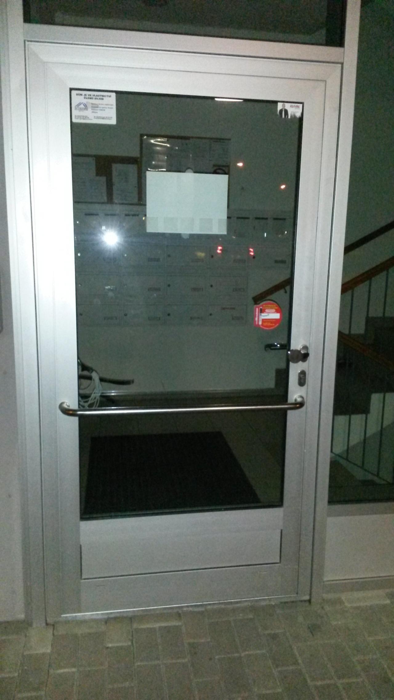 Hliníkové dveře - zámek 3bod Automatic GU + zavírač GEZE