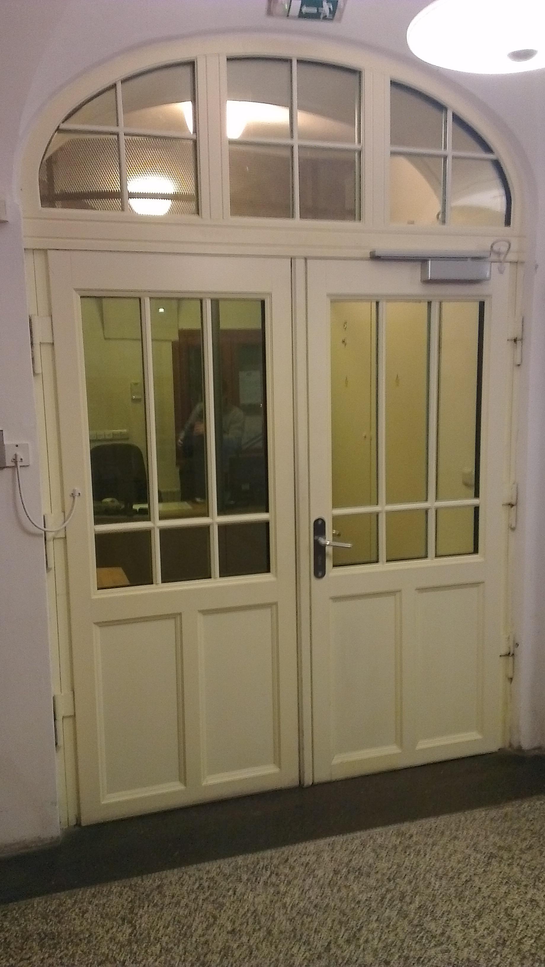 Provozně nevyhovující zabezpečení a  ovládání dveří elektromechanickým zámkem