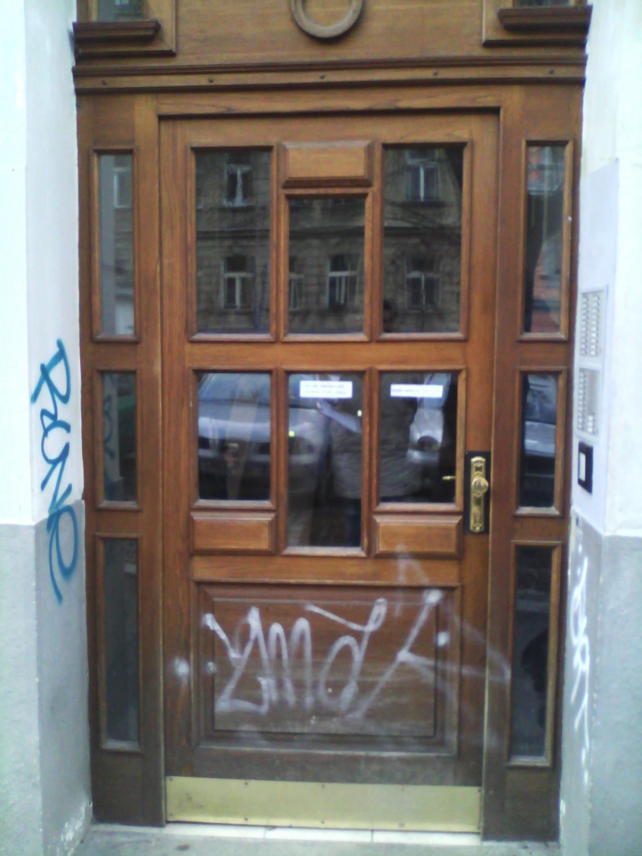 Repase dveří poničeno pokusy o vloupání