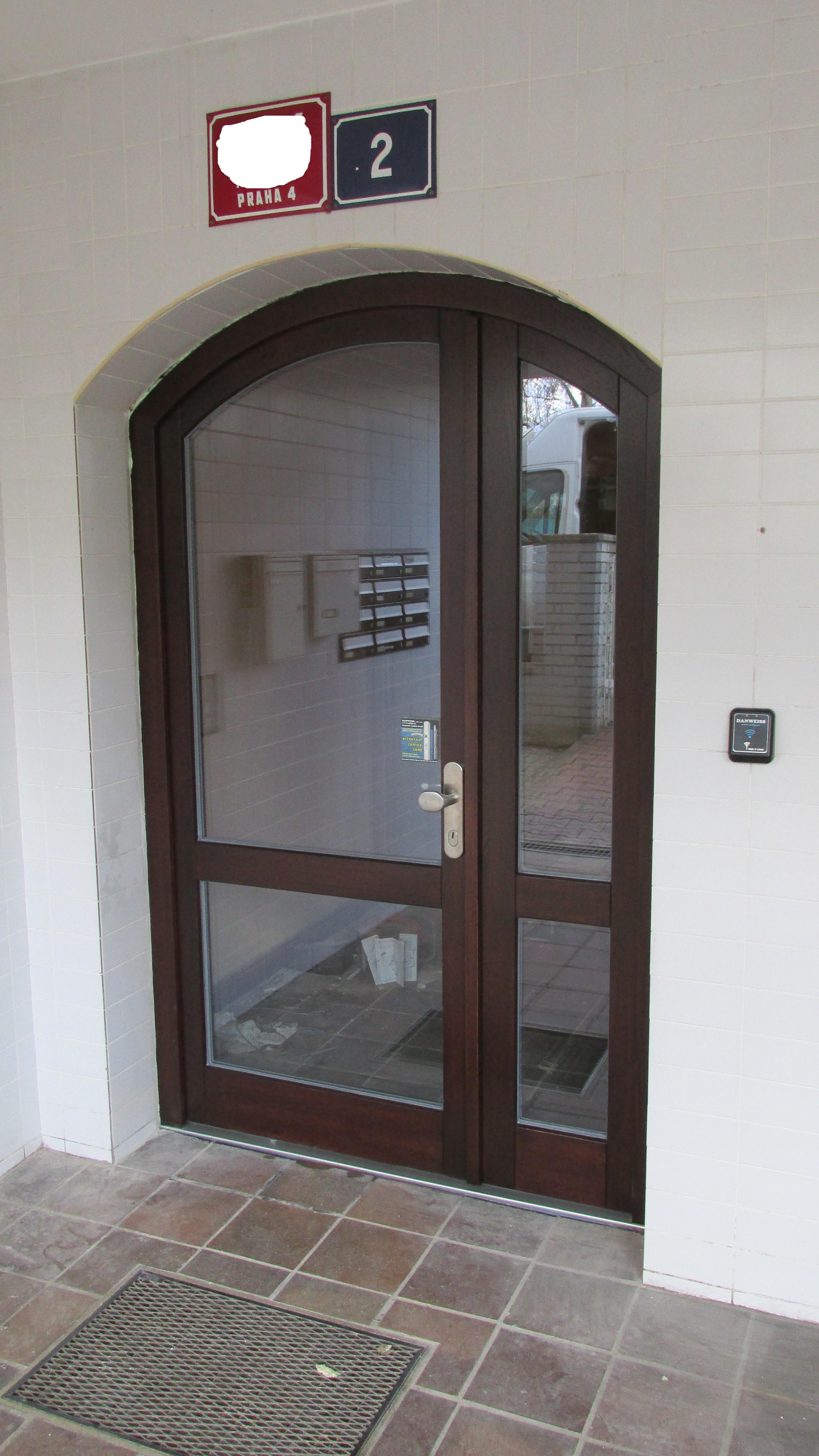 Výměna za dubové dveře s podlahovým zavíračem GEZE + zámek 3bod Automatic GU
